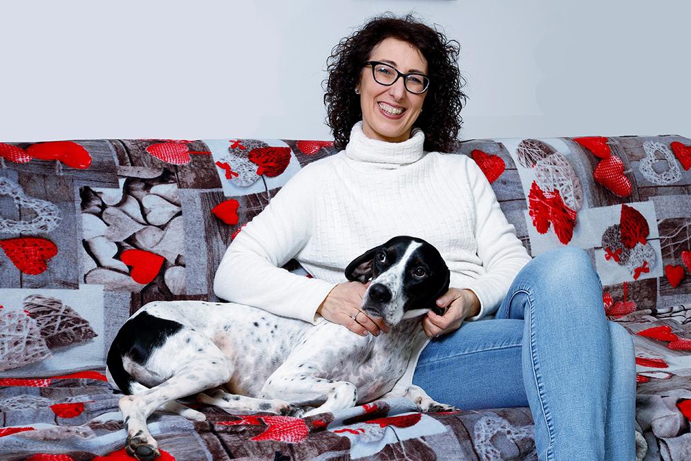 mara carraro su divano con cane