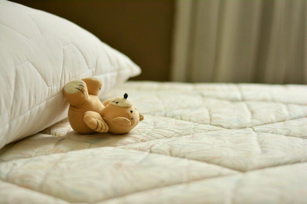 solitudine letto pupazzo