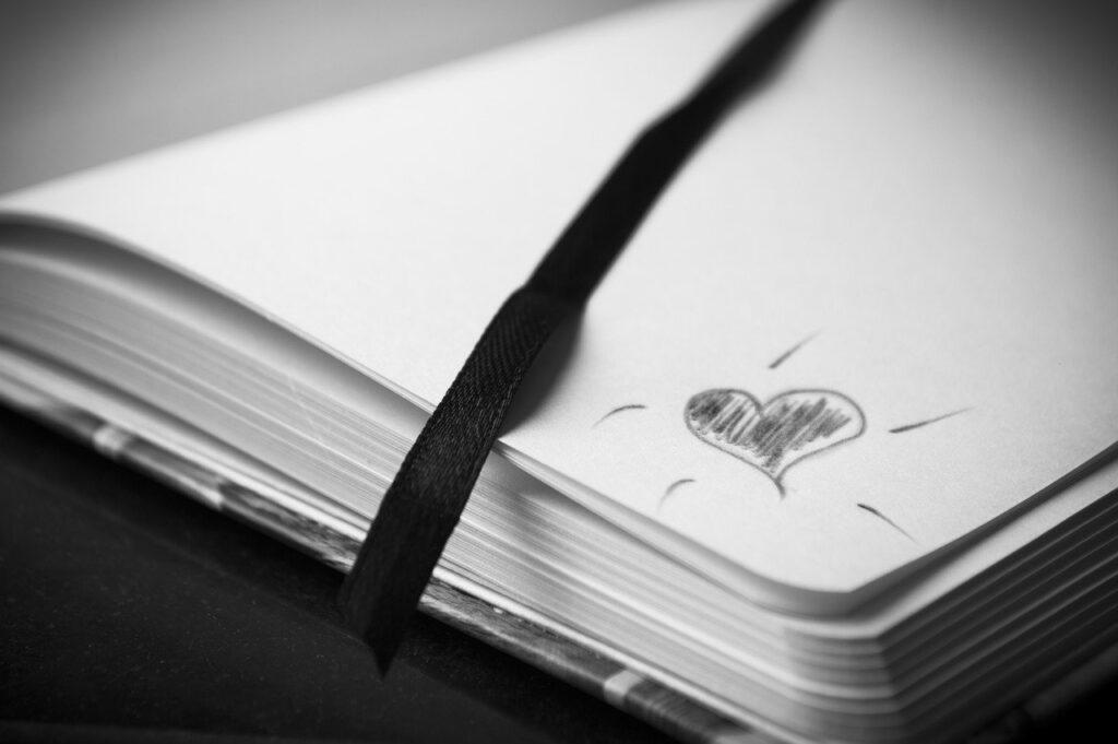 cuore grigio su foglio
